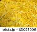 瑞々しい菊の花びらのみの一面アップ 83095006
