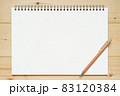 木の板の上に置かれたスケッチブックとシャープペンシル 83120384