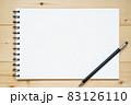木の板の上に置かれたスケッチブックとシャープペンシル 83126110