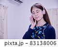 ヘッドフォンから音楽を聴く日本人女性 83138006