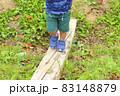 小さな木の橋を渡る子供(3歳児/男の子) 83148879