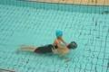 プールで遊ぶ祖父と孫 4720141