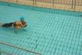 プールで遊ぶ祖父と孫 4720143