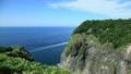 ウトロ崎灯台と観光船 7989675