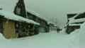 雪降る白川郷萩町本通り 8721397