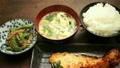 日本の食卓イメージ 炊きたてごはん 味噌汁 焼き魚 おかず 渋い木のテーブル スライダー撮影 14358902