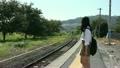 駅のホームで電車を待つ女子高生 18554542