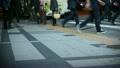 横断歩道を渡る人々 18610309
