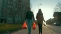 カップル 夫婦 散歩の動画 18703305