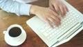 コーヒーを飲みながらノートパソコンを使う 19140333