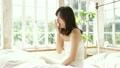 ポートレート ベッドルームの若い女性 19905347