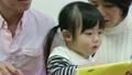 絵本を読む親子 20573432