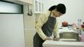 女人要拋光水槽廚房生活方式女人的家庭廚房20年代的家庭主婦 21167593