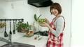 料理 女性 調理の動画 21549851
