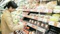 野菜を選ぶ女性 スーパー 野菜 女性 選ぶ 無農薬 オーガニック 有機野菜 食の安全 シーン 買い物 21640905