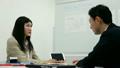 นักธุรกิจชายหญิงเจรจาธุรกิจฉาก 24 21816365