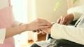 老人の手を摩る女性 22371367