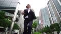 スローモーション ビジネスウーマン 急ぐ ジャンプ 東京 丸の内 大手町 ハイスピード撮影 23280022