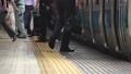 足元 ホーム 電車の動画 23428455