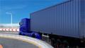 跑在高速公路的蓝色容器卡车 23484416