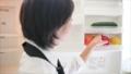 ร้านอาหารผักตู้เย็นเสมียนหญิงดึงผักจากตู้เย็น 23963872