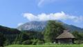 茅葺き小屋のある風景〜夏 タイムラプス動画 24104625
