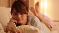 人物 女性 スマートフォンの動画 24367580