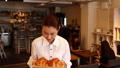 カフェ 店員 スタッフの動画 24393371