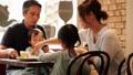 カフェでランチを食べる家族/撮影協力_淡路町カフェ カプチェットロッソ 24560356