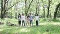 小学生 森林 走る 24818382