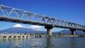 富士川鉄橋を渡る新幹線と冠雪の富士山 25408508