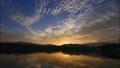 permingM1610081 空と雲のタイムラプス 湖の夜明け 25953272