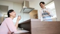 一對夫婦在櫃檯廚房裡談話 26025570