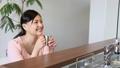 カウンターキッチンで会話する女性 26025571