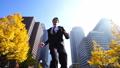 ジャンプ ビジネスマン 走るの動画 26409446