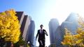 ジャンプ ビジネスマン 走るの動画 26409448