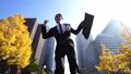 ジャンプ ビジネスマン 走るの動画 26409525