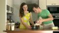 男の人 女性 小麦粉の動画 26734118