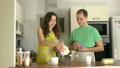 男の人 女性 小麦粉の動画 26734431