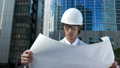 ビジネスマン 働く人 図面を見てうなずく ヘルメット 作業服 ネクタイ 設計 建設業 新宿 ズームイ 26859725