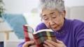 本を読むシニア 27170336