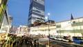 도쿄 황혼 붐비는 신주쿠 역 버스 터미널 시간 경과 축소 27429809