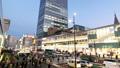 도쿄 황혼 붐비는 신주쿠 역 버스 터미널 시간 경과 빵 27429811