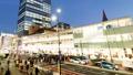 도쿄 황혼 붐비는 신주쿠 역 버스 터미널 시간 경과 수정 27429812