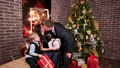 クリスマス ファミリー 家庭の動画 27679969
