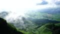 阿蘇のカルデラに霧が舞い上がる早朝の爽やかな田園風景と新緑の峠道農道に心奪われる美しい景色 28188233