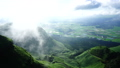 阿蘇のカルデラに霧が舞い上がる早朝の爽やかな田園風景と新緑の峠道農道に心奪われる美しい景色 28188234