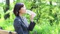 水を飲む女性 28974669