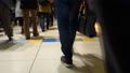 通勤通学帰省ラッシュ避難人口流出混雑多人数で込み合う雑踏する駅で足早に急いで歩くサラリーマン 29028632
