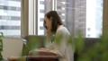 笑顔でパソコンを操作する女性 29596214